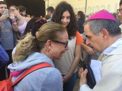 S.E. Mons. Angelo Becciu, Sostituto della Segreteria di Stato, saluta un gruppo di giovani