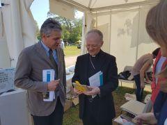 Monsignor Zani allo Stand dell'Università Cattolica
